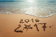 Bonne année 2017 sur la plage Photos stock