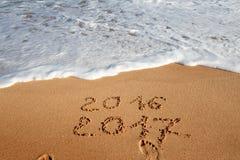 Bonne année 2017 sur la plage Photographie stock libre de droits