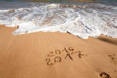Bonne année 2017 sur la plage Photo stock