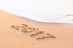 Bonne année 2017 sur la plage de mer Images stock
