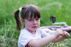 Bonne d'enfants alimentant la chéri Image libre de droits
