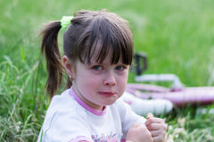 Bonne d'enfants alimentant la chéri Images libres de droits