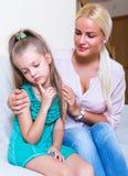 Bonne d'enfants calmant un enfant agité images stock