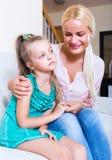 Bonne d'enfants calmant un enfant agité image stock