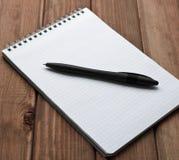 Bonne feuille de carnet avec le stylo image stock