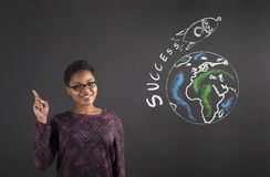 Bonne idée de femme africaine au sujet de succès du monde sur le fond de tableau noir Image stock