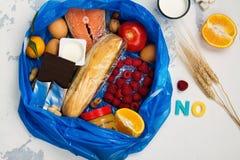 Bonne nourriture dans le sac de déchets images stock