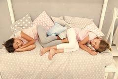 Bonne nuit et r?ves doux Les filles tombent endormi apr?s partie de pyjamas dans la chambre ? coucher Les filles ont le sommeil s photo stock