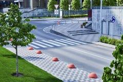 Bonne route goudronnée dans une grande ville avec des arbres de pelouses de trottoirs Photographie stock