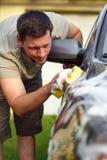 Bonne station de lavage - équipez la voiture de lavage avec une éponge et une mousse Images libres de droits