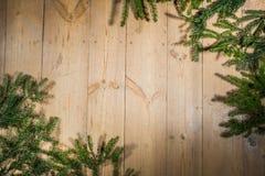 Bonnes fêtes, décoration de Noël, panneau et branches des arbres Photographie stock libre de droits