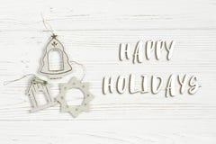 Bonnes fêtes le texte se connectent les jouets simples de vintage de Noël sur l'étable Photographie stock