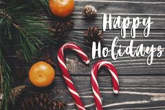 Bonnes fêtes signe des textes, carte de voeux Configuration d'appartement de Noël canette Image libre de droits