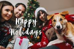 Bonnes fêtes signe des textes, carte de voeux Famille heureuse ayant l'amusement images stock