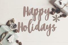 Bonnes fêtes texte, signe saisonnier de carte de voeux Configuration plate étable photographie stock libre de droits