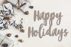 Bonnes fêtes texte, signe saisonnier de carte de voeux mode élégant images stock