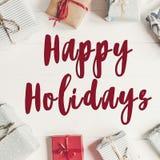 Bonnes fêtes texte, signe saisonnier de carte de voeux prese enveloppé Photographie stock