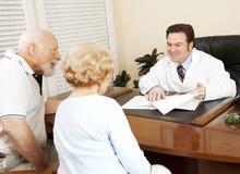 Bonnes nouvelles de docteur Gives au patient photo libre de droits