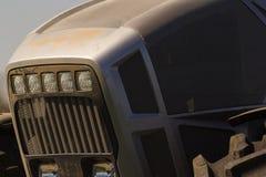 bonnet металла крупного плана серый трактора и большого колеса Стоковые Изображения RF