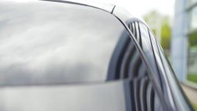 Bonnet of kap van auto, zwarte kleur en glanzend voorraad Close-updetail van de autokap stock videobeelden