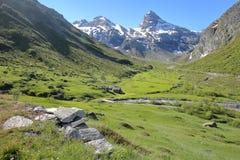 BONNEVAL-SUR-ARC, ΓΑΛΛΊΑ: άποψη των βουνών επάνω από το χωριουδάκι Λ ` ecot στο εθνικό πάρκο Vanoise, βόρειες Άλπεις στοκ εικόνες