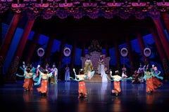 Bonobosdans 2 - de tweede handeling: een feest in de van het paleis-heldendicht de Zijdeprinses ` dansdrama ` royalty-vrije stock fotografie