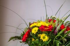 Bonquet de flores con muchos colores imagen de archivo