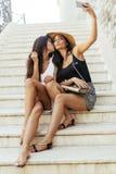 Bons amis prenant un selfie de lui-même Image stock