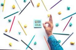 Bons conceitos da ideia com mão masculina e o lápis colorido r imagens de stock royalty free