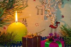 Bons humor e Feliz Natal Sob a árvore de abeto acolhedor foto de stock royalty free