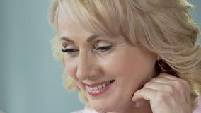 Bons resultados da cirurgia plástica, vista fêmea aposentada satisfeito no espelho video estoque