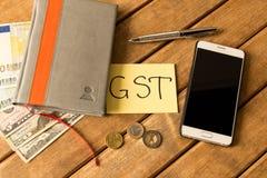 Bons serviço e impostos Bloco de notas, pena, moedas, cédulas, espertas imagens de stock