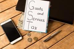 Bons service et impôt Ordinateur portable, stylo, pièces de monnaie, billets de banque, smartphone photographie stock libre de droits