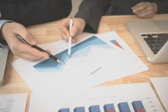Bons travail d'équipe, stratégie de lieu de travail, hommes d'affaires se réunissant pour discuter et consulter sur les plans fut Image stock