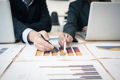 Bons travail d'équipe, stratégie de lieu de travail, hommes d'affaires se réunissant pour discuter et consulter sur les plans fut Images stock