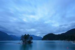 Bontkreek bij bewolkte zonsondergang Royalty-vrije Stock Foto
