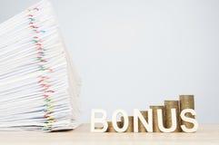Bonusbokstäver och guld- mynt för moment med överbelastningsdokumentet anmäler Arkivfoton