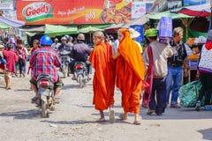 Bonzes, die in birmanischen Markt, Myanmar gehen Stockbilder