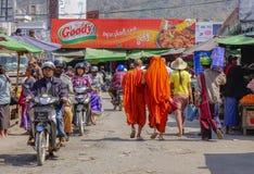 Bonzes, die in birmanischen Markt, Myanmar gehen Stockfotografie