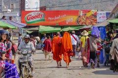 Bonzes, die in birmanischen Markt, Myanmar gehen Stockfoto