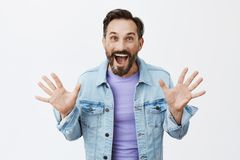 boo Indivíduo adulto despreocupado e feliz encantador com barba e bigode no revestimento da sarja de Nimes sobre o t-shirt, aumen fotos de stock
