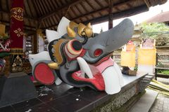 Bood de vers geschilderde decoratie als deel van de begrafenis crematietoren als voorbereiding op Ubud-Koninklijke Familiebegrafe Stock Fotografie
