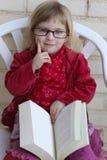 Bood della lettura della bambina dell'allievo Fotografia Stock