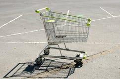 Boodschappenwagentje bij parkeerterrein Stock Fotografie