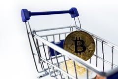 Boodschappenwagentje en bitcoin Stock Fotografie