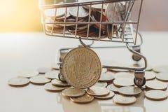 Boodschappenwagentje en bitcoin, Concept cryptocurrencymarkt, betalend met bitcoin of altcoin stock afbeeldingen