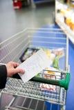 Boodschappenwagentje en kruidenierswinkels Stock Foto's