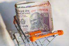 Boodschappenwagentje of karretje in India met namy Roepies Officiële munt van Republiek India met het portret van smileygandhi Royalty-vrije Stock Fotografie