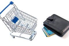 Boodschappenwagentje met creditcards en portefeuille Royalty-vrije Stock Foto