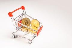 Boodschappenwagentje met crypto bitcoin stock afbeelding